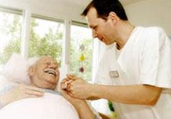 Pfleger am Bett eines Patienten