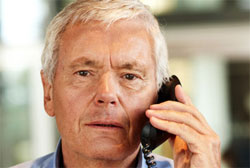 Älterer Mann beim telefonieren